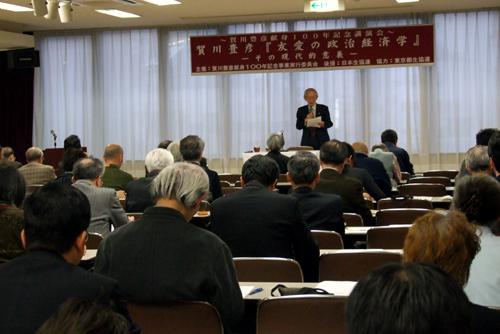 野尻武敏・神戸大名誉教授の講演に耳を傾ける参加者たち。この日講演会には多くの参加者が集まり、賀川への関心の高さをうかがわせた。