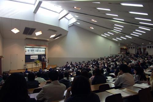 この日は大型連休中にもかかわらず、会場には賀川に関心を持つ大勢の人々が詰め掛けた。