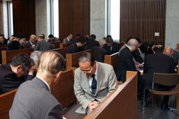 記念大会の成功を祈る教職や信徒たち=15日、東京都渋谷区の日本基督教団聖ヶ丘教会で