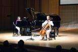 教会音楽家の久米小百合さんと井上とも子さん(チェリスト)が息の合った演奏を披露した。