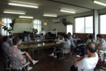 国府津キリスト教会の水田眞佐子牧師を囲んで賛美と祈りの時を持つ参加者たち