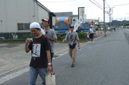 国府津キリスト教会からキリスト兄弟団小田原教会前での約8キロの道のりを歩く参加者たち