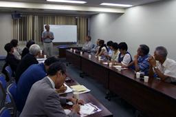スタッフ代表の姫井雅夫・総動員伝道代表の話に耳を傾ける参加者たち=8月31日、東京都千代田区のお茶の水クリスチャンセンターで<br />
