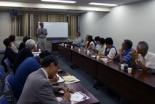 スタッフ代表の姫井雅夫・総動員伝道代表の話に耳を傾ける参加者たち=8月31日、東京都千代田区のお茶の水クリスチャンセンターで
