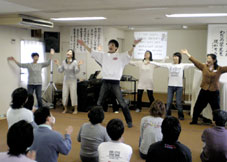 練習したダンスの振りを組み毎に前で発表する参加者たち=16日、四街道キリスト教会で<br />