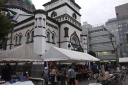 バザー会場の後ろに見えるのが「ニコライ堂」の名で親しまれている東京復活大聖堂=5日