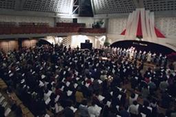 午後7時からのキャンドル・サービスでは約800人の来場者を記録。集会の後半には2階席もほぼ満席となった=24日、東京都新宿区の淀橋教会で