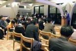 大会のために祈る参加者=8日、東京都新宿区のウェスレアン・ホーリネス教団淀橋教会で