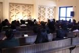 イースター朗読ライブ「マザーテレサの世界」の様子。参加した約70人は、陽の光が差す午後のチャペルで、「音」と「言葉」が静かに共存するひと時を味わった。