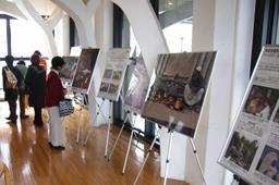朗読ライブは、収益全額をハイチ地震の被災者へ送るチャリティーとして行われた。会場入口では、支援窓口となるNGO「ワールド・ビジョン・ジャパン」がハイチでの支援活動を紹介した=17日