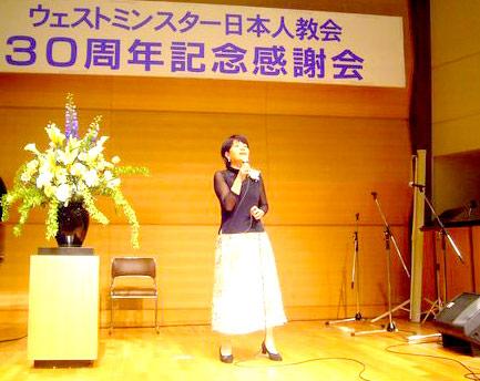 賛美を歌う本田路津子さん=24日、東京・お茶の水クリスチャンセンターで<br />