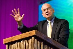 講演するリディーマー長老教会(米ニューヨーク・マンハッタン)創設者のティム・ケラー氏=20日夜、ケープタウン国際会議場で(写真:Christian Post)