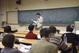 参加者は20年以上にわたってホームレスの支援活動を続ける生田氏の話に熱心に聴き入った=9日、上智大学で