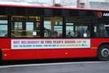 「宗教心がない?今年の国勢調査ではそう言おう(Not religious? In this year's census say so)」という広告を掲載して走るバス