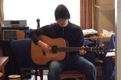 ゴスペルを歌うケビン・ソングさん=23日、東京都町田市玉川学園のゴスペル・カフェで