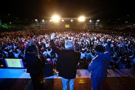 大衆伝道者ルイス・パラウ氏が数万人のベトナム人に向かって福音を伝えている。(=2011年4月10日、ベトナムホーチミン市で、写真提供=ルイス・パラウ協会)
