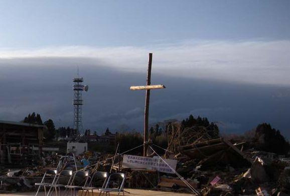 気仙沼第一聖書バプテスト教会跡に立てられた十字架(写真提供:国際飢餓対策機構)。
