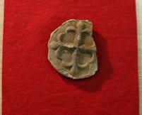 三城城下跡から出土した花十字の紋様がある瓦(写真:大村市教育委提供)