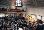 1階が満席となり2階のギャラリーにまで聴衆が押し寄せた=5月28日、淀橋教会で