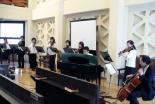 演奏する淀橋教会の奏楽隊アンサンブル・アガペ=4日、淀橋教会小原記念チャペルで
