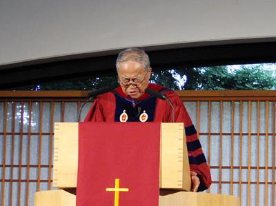 説教後、祈祷をささげるキム・ソンド博士=18日、淀橋教会で