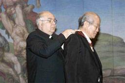 ローマ教皇庁大使館アルベルト・ポッターリ・デ・カステッロ大使から勲章を授与される大塚明彦館長=大塚国際美術館提供
