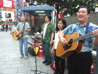 田崎牧師(左端)、菅野牧師(右端)らがJR新宿駅東口前で路傍伝道を行った。(7日、高柳写す)