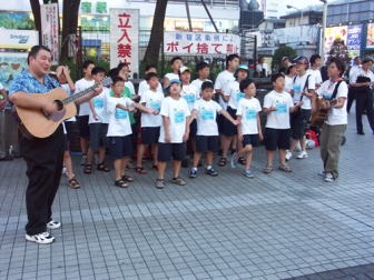 韓国YWAMチームのメンバーと菅野牧師(手前左)