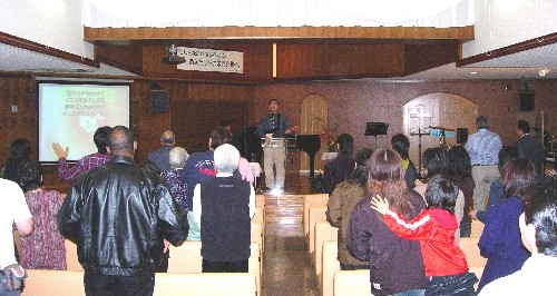 会場の嘉手納アッセンブリー教会にはおよそ50人の参加者が集まった。