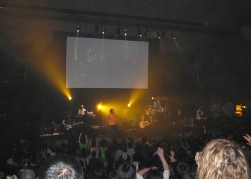 ヒルソング・ユナイテッドの賛美に共鳴する来場者。この日、72人が信仰の初決心をした=19日、青山学院大講堂(東京都渋谷区)で(写真:ユナイテッド・ライブ・ジャパン提供)