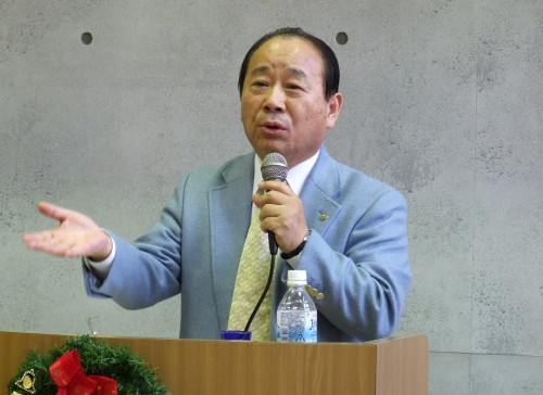 講演する社会福祉法人「こころの家族」の尹基理事長(6日、「故郷の家・神戸」で)