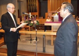 日本聖書協会の大宮溥理事長(右)から表彰状を授与される浜島敏氏(7日、日本基督教団銀座教会で)