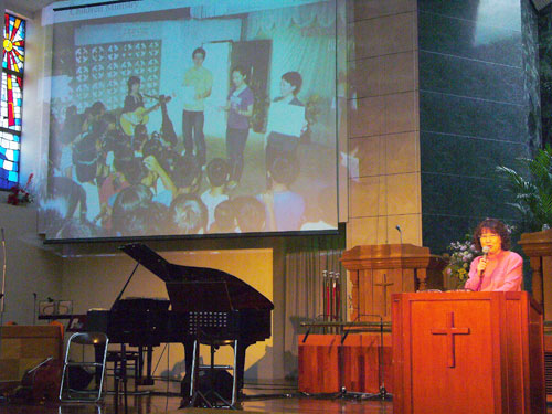 「フィリピン・ミッション」の活動を報告する宮本正子代表(8日午後3時10分、東京中央教会で)