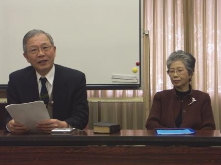 自身の夫婦生活から感じた神の導きを証しする辻岡牧師(左)と敏子夫人(5日午後2時半頃、OCC416)