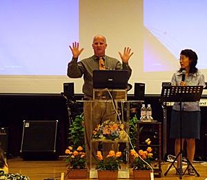講演するハーシェル氏(中央)と通訳の坂巻幸子姉(右)。