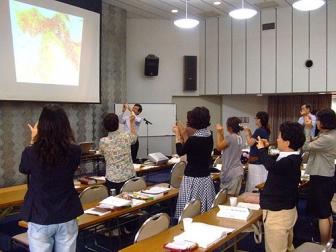 簡単な運動をしながらセミナーで交流を深める韓国人牧師や牧師夫人たち=5日、在日本韓国YMCAで