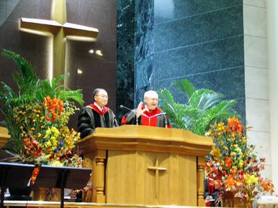 説教する米ルイジアナ・バプテスト大学(ルイジアナ州シェリーブポート市)の総長ニール・ウィーバー博士(右)=10日、東京中央教会で