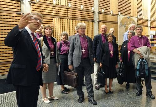 WCCトゥヴェイト総幹事が、ノルウェー代表団をエキュメニカルセンターチャペルに案内している(写真提供:WCC)。