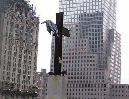 貿易センター跡地に建てられている「鋼鉄の十字架」(Samuel Li)。