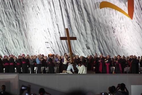 青年カトリック教徒らが十字架を立てている。クアトロ・ビエントス空港で(写真提供:WCC)