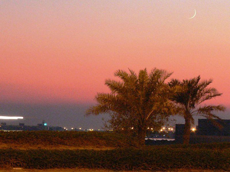 イスラム教の象徴である新月が見えるバーレーン・マナマの夕暮れ(写真:Ahmed Rabea)