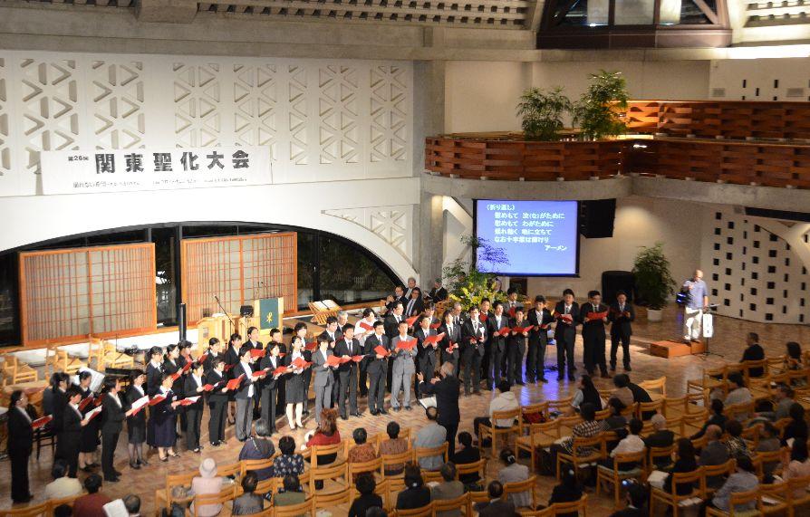 関東聖化大会の最終日に行われた聖会で賛美を捧げる神学生たち=2011年10月18日、淀橋教会で(写真:同教会提供)