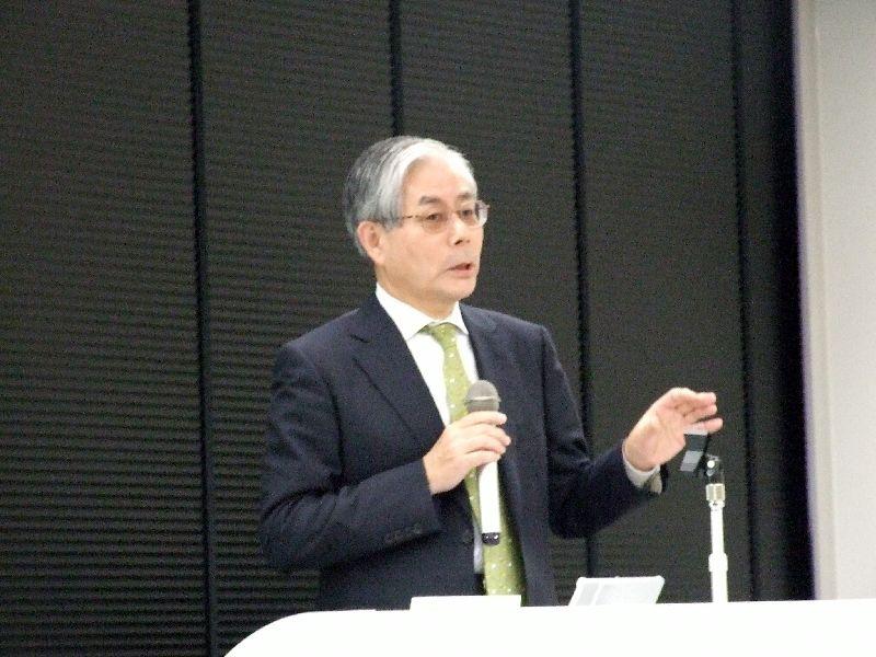 講演を行ったコマツ常務執行役員の日置政克氏、2011年10月26日、東京都港区で。