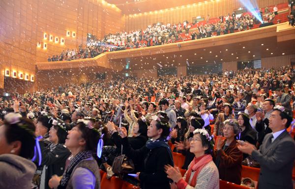 約2000人収容の会場を埋め尽くす来場者たち=16日、長野市のホクト文化ホールで