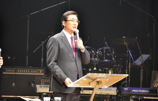 神の愛を語る韓国オンヌリ教会主任牧師のイ・ジェフン氏=16日、長野市のホクト文化ホールで