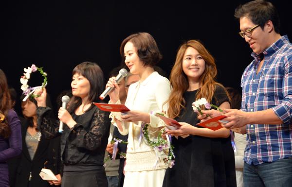 来場者を歓迎する韓国女優のオム・ジウォン(写真中央)=16日、長野市のホクト文化ホールで