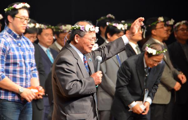 来場者の祝福を祈る大会実行委員長で長野聖書教会牧師の北村喜彦氏(写真中央)=16日、長野市のホクト文化ホールで