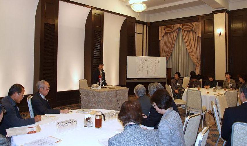 眞田雅子氏の講演に聞き入る北海道大学、東京女子大学同窓生らの様子。2011年11月18日、学士会館(東京都千代田区)で。