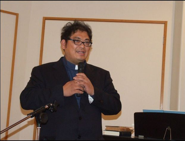 講演を行う日本キリスト教団東北教区小高伝道所牧師の大下正人氏、2011年11月28日、北千住教会(東京都足立区)で。