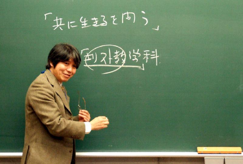 模擬講義を行う石居基夫准教授=10日、東京都三鷹市のルーテル学院大学で